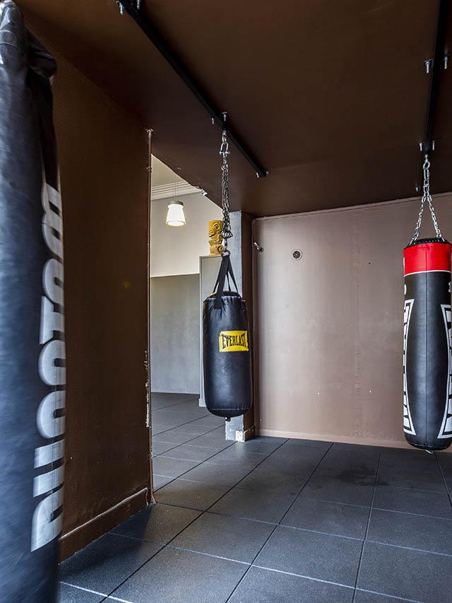 Espace boxe avec sacs de frappe