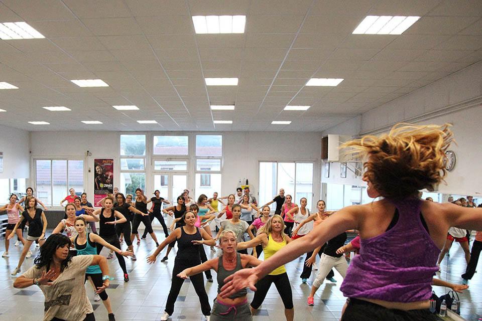 Un cours collectif de danse